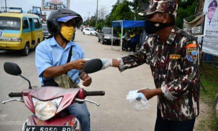 Cegah Penyebaran Covid-19 FKPPPI Kutim Turut Bagikan Masker Dijalan